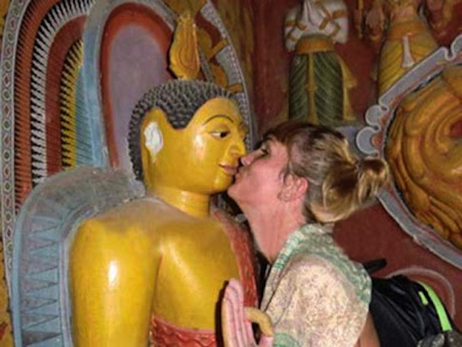 French-tourist-pretend-kiss-Sri-Lanka